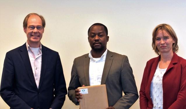 Ewing nam felicitaties van de wethouder in ontvangst in het bijzijn van Marielies Schelhaas van Unesco Nederland (foto: pr).