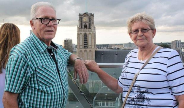 Bert en Ina poseren op het dak van de Markthal in Rotterdam. Ina heeft haar trouwring om, maar Bert al 55 niet meer.