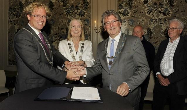 De drie burgemeesters, Arnoud Rodenburg, Francisca Ravenstein en Edo Haan ondertekenden in het Gemeenlandshuis in Maassluis.