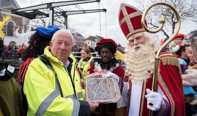 De Sint had iets lekkers meegebracht voor Jan, namelijk een chocolade tableau met een ophaalbrug erop (foto: Michel Groen).