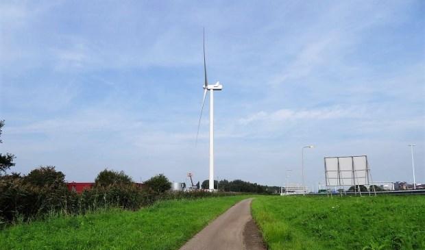De windturbine gezien vanaf de rijksweg (foto: Ap de Heus).