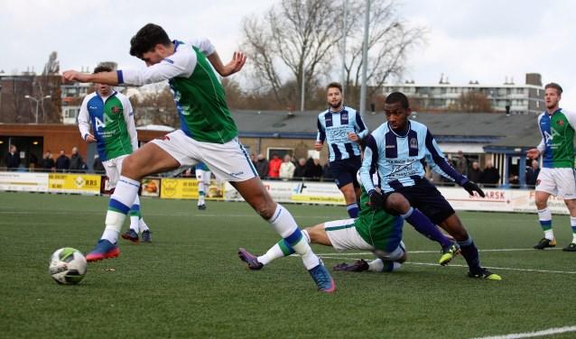 Joshua Steenvoorden en Chadion Melfor (beiden Forum Sport) komen hier niet tot scoren, maar vonden het net later wel (foto: AW).