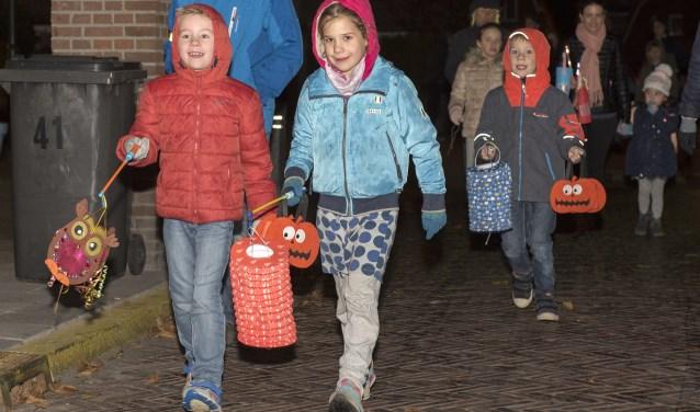 Veel kinderen liepen op St. Maarten weer mee in de lampionnenoptocht naar de St. Martinuskerk (foto: Michel Groen).