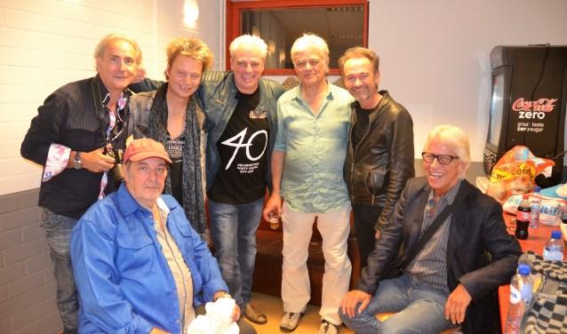 Hans Vermeulen (zittend links) met bekenden uit de Voorburgse en Haagse popscene (foto: Martin Reitsma).