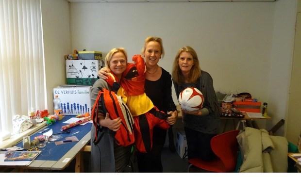 De Voorschotense wethouders Inge Zweers (l.)en Inge Nieuwenhuizen (m.) met opbouwwerkster Mirjam Stichter van WOeJ (foto: Ap de Heus).