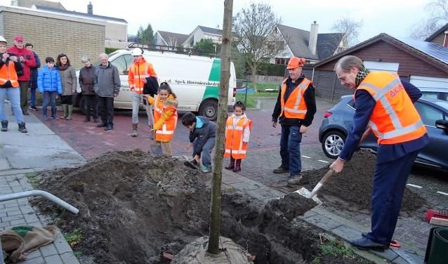 Samen met leerlingen van De Zonnewijzer plantte wethouder Floor Kist de eerste boom aan de Landlustlaan (foto: Ap de Heus).