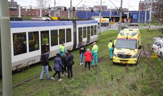 Bij de trambotsing liepen enkele inzittenden verwondingen op; twee van hen zijn naar het ziekenhuis vervoerd voor behandeling (info: Regio15.nl/foto: Rene Hendriks).