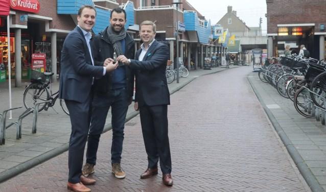 Wethouder Marc Rosier, Brahim Ait Rian, fietsenhandelaar en Adriaan Wolffgramm van AH De Leyens (v.l.n.r.). Foto: Jan van Es