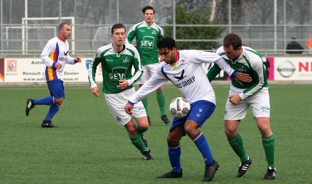 Paul Janssen (SEV; links) scoorde 1-0. Roland Groeneweg zet zijn man vast (foto: AW).