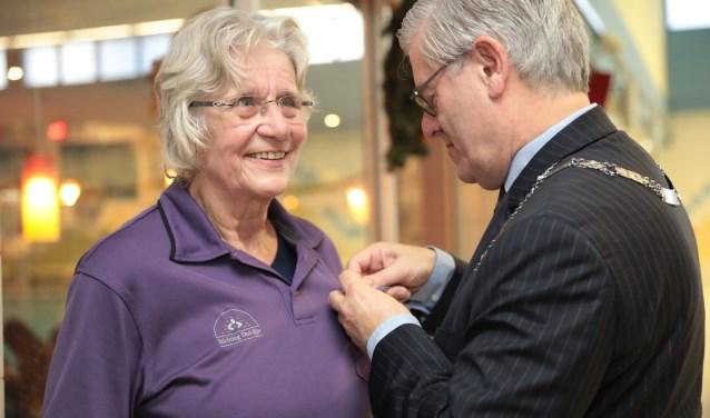 Els van der Hoek en burgemeester Charlie Aptroot. Foto: Jan van Es