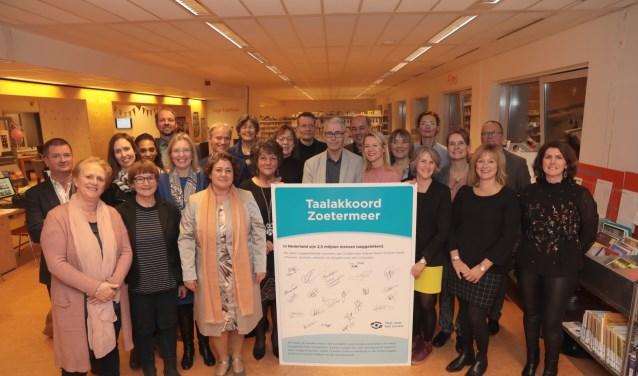 Wethouder Isabelle Vugs en vertegenwoordigers van 25 Zoetermeerse organisaties en werkgevers na ondertekening van het Taalakkoord. Foto: Jan van Es
