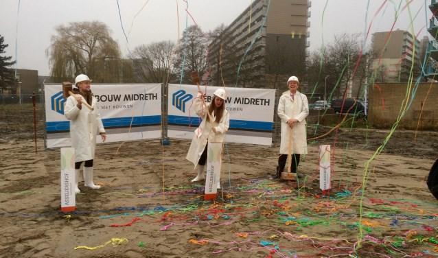 Toekomstige bewoners hebben samen met wijkwethouder Taco Kuiper van de gemeente Zoetermeer het feestelijke startsein gegeven. Foto: pr