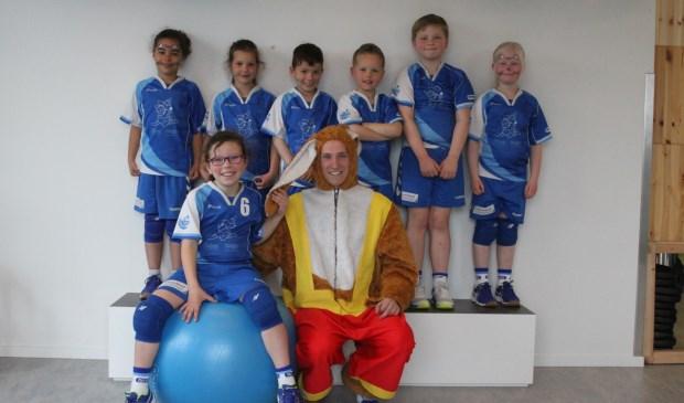 Tussendoor met de paashaas op de teamfoto (foto: Mieke van Veen)