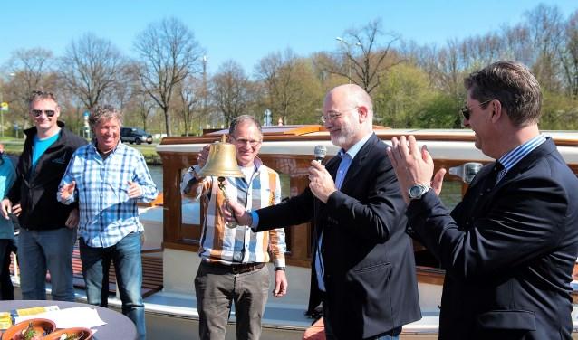 Wethouder Frank Rozenberg gaf de officiële aftrap voor het toeristisch (vaar)seizoen door het luiden van de bel (foto: Michel Groen).