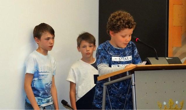 Serge van Lemmel en vrienden Stef en Bram Kerkemeijer hielden een pleidooi voor een groter schoolplein (foto: Ap de Heus).