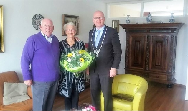 Het gouden echtpaar Stichter met burgemeester Klaas Tigelaar (familiefoto).