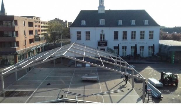 Donderdag is begonnen met de bouw van de grote feesttent. Foto: Ingrid
