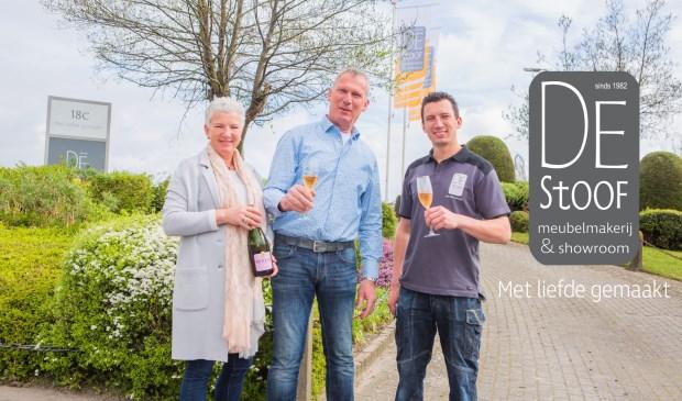 Mieke, Frans en Wouter Tielemans toosten op het nieuwe logo en de nieuwe uitstraling van De Stoof.