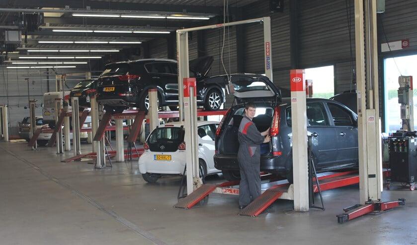 Raymond Driessen, eerste monteur i.o., repareert alle auto's op zijn eigen 'stekkie' in de professionele werkplaats.