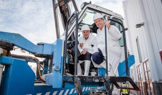 Leo van Dongen, directeur NS Techniek en Evert Lemmen, directeur Strukton Worksphere, boorden de laatste paal de grond in (foto: Nedtrain; Anne-Paul Roukema).