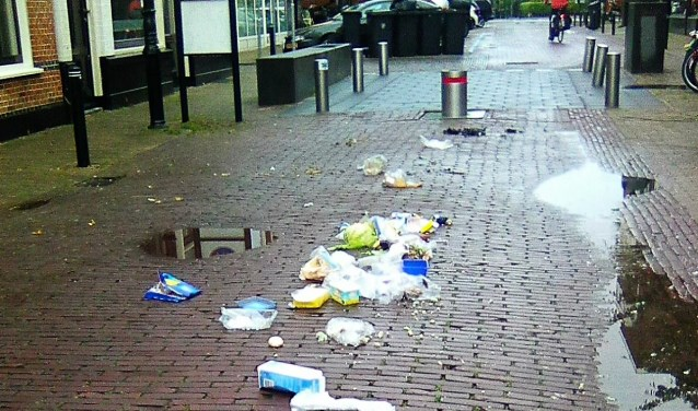 Meeuwen belagen niet alleen afvalzakken die zij openscheuren, maar ook op mensen met boodschappen (foto: Sjors Huiskes).