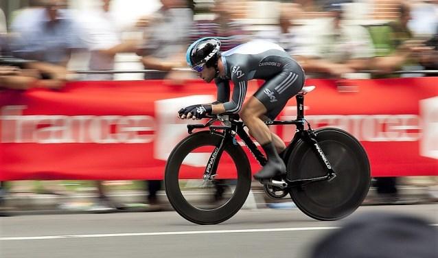 Tijdens de individuele tijdrit racen de wielrenners vanaf het Stationsplein door de straten van Leidschendam-Voorburg om weer te finishen nabij de start (stockfoto).