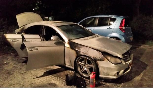 De auto raakte zeer zwaar beschadigd bij de brand (foto: politie Eenheid Den Haag, bureau LDVB).