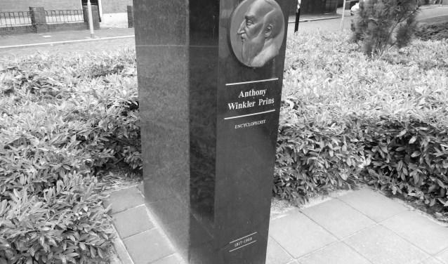 Het standbeeld aan de Laan van Nieuw Oosteinde nabij de plaats waar Winkler Prins heeft gewoond.