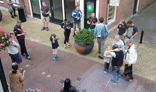 Groepen Pokémonfans in de Herenstraat (foto: Suzanne Kuipers).