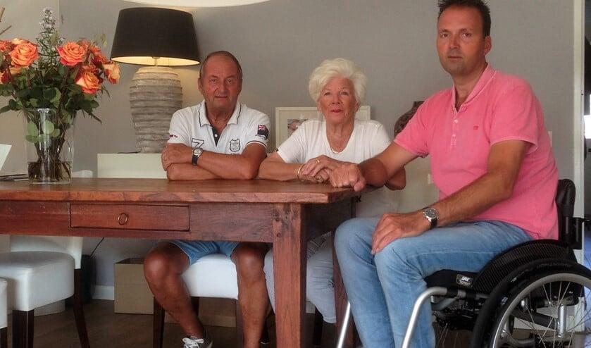 Carl Post bij zijn ouders (de voormalige eigenaren van Het Kaashuisje) in Leidschendam aan tafel.