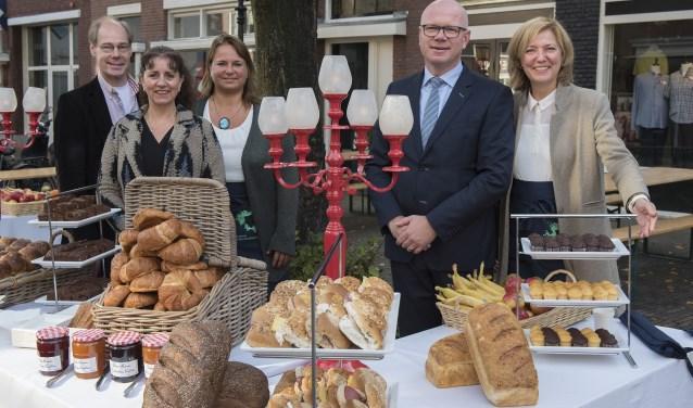 Burgemeester en wethouders serveerden in Voorburg het ontbijt aan de inwoners (foto: Michel Groen).