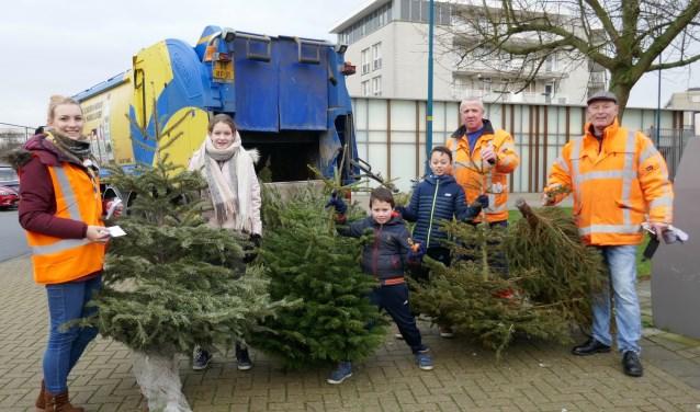 Regelmatig werden de ingeleverde kerstbomen door de dienst afval van de gemeente weggehaald. Foto: Jan van Es