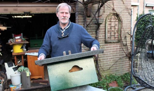 Martin van de Reep met een vogelkast die hij net  heeft geschilderd (foto/tekst: DJ).