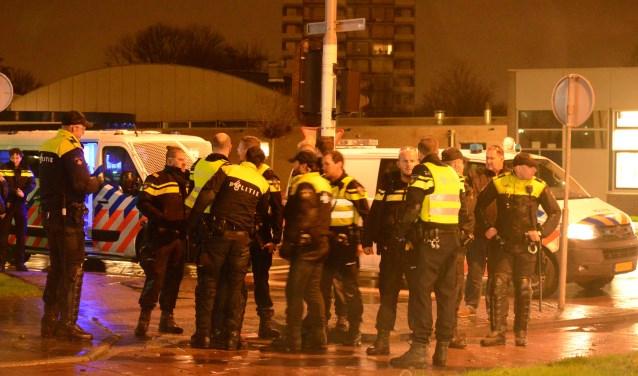 Aan de Oranjelaan was in de nacht van 1 januari een grote politie inzet nodig. Foto: AS Media