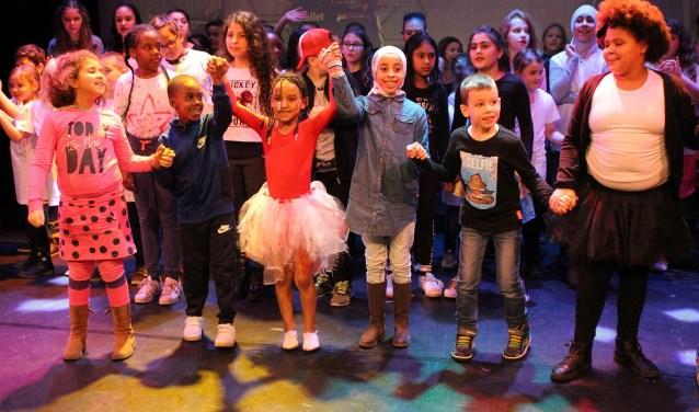 Kinderen van de Brede Scholen in Leidschendam showden hun talenten in de uitverkochte theaterzaal van Het Veur Theater (foto: SenW).