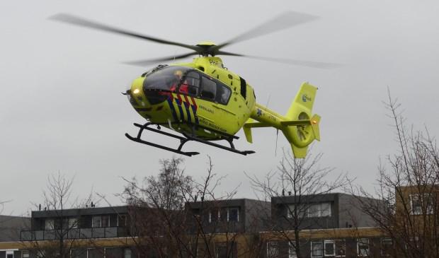 De traumaheli Lifeliner 2 landt op een veldje in Rokkeveen. Foto's: Floris Keyzer