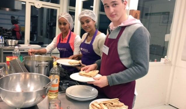 Jongeren koken voor wijkbewoners in Buytenwegh. Foto: Piëzo
