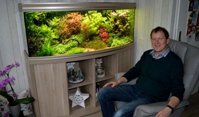 Oud-voorzitter Henk Bretveld geniet van zijn splinternieuwe prachtige aquarium. De Zoetermeerse aquariumvereniging PaluZee verzorgt in januari en februari de cursus Aquariumhouden 2018. Foto: pr