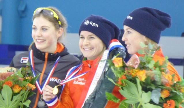 Yara van Kerkhof (m.) van IJsvereniging Zoetermeer: voor de tweede maal in haar carrière Nederlands Kampioen. Foto: Jan van Kerkhof.