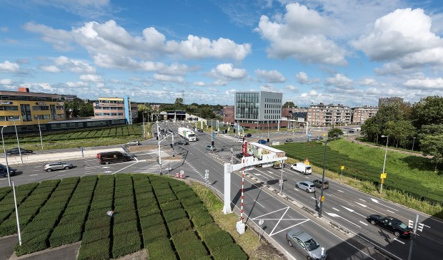De kruising van de N14 (richting Wassenaar) met de Heuvelweg (r) en de Mgr. Van Steelaan in Leidschendam-Voorburg.