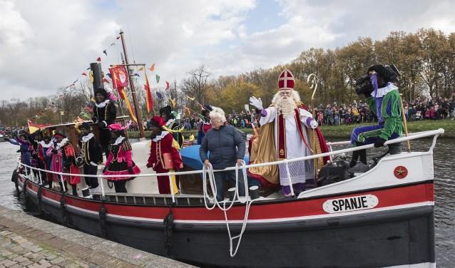 Half november komt Sinterklaas weer aan bij de sluis in Leidschendam en in de Huygenshaven te Voorburg (foto: Michel Groen).