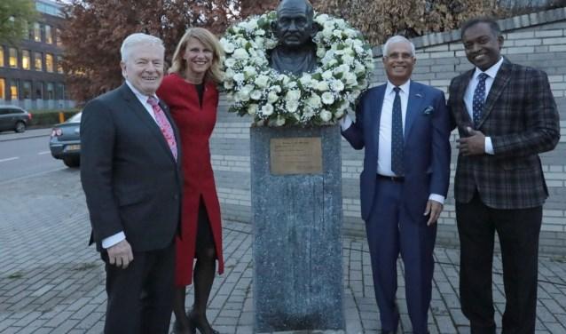 Oud-burgemeester Luigi van Leeuwen, wethouder Margreet van Driel, Bhadri Madan en Manohar Gangesh (v.l.n.r.).  Foto: Jan van Es