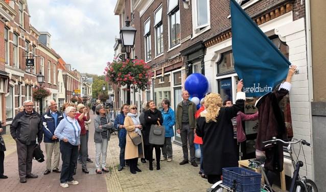 De gebroeders Huygens plaatsten de vlag bij de winkel en verklaarden de nieuwe winkel van WereldWinkel Voorburg voor geopend (foto: pr).