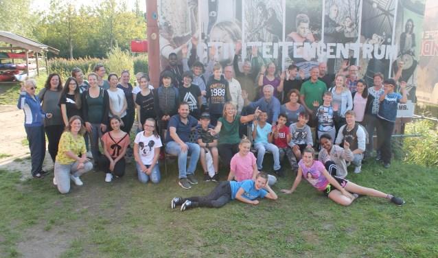 Jongeren en vrijwilligers maakten heel makkelijk met elkaar contact door gewoon met elkaar aan de slag te gaan. Foto: pr