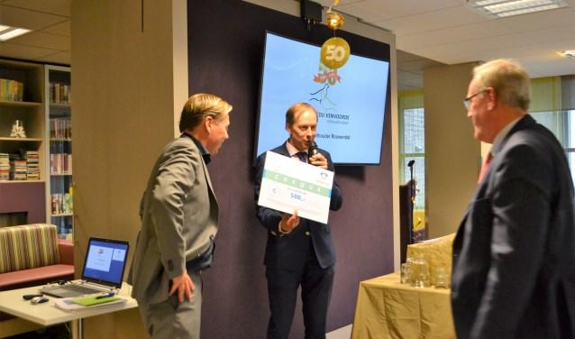 Wethouder Rouwendal schonk de Stichting een cheque van 500 euro.