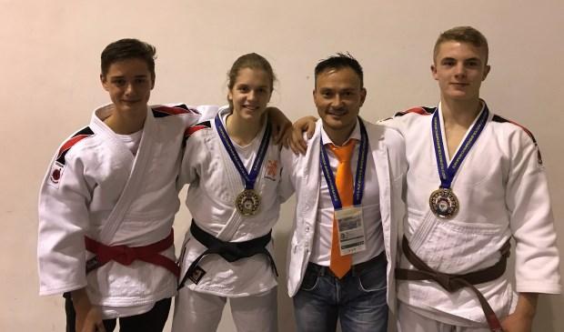 Europese kampioenen van Yotosama uit Zoetermeer met hun coach. Foto: pr