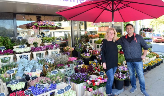 Madjo Dewus en Jenny Koegler zijn vanuit Den Haag via Rotterdam in Voorburg terecht gekomen met hun Bloemenkabinet (foto: Inge Koot).