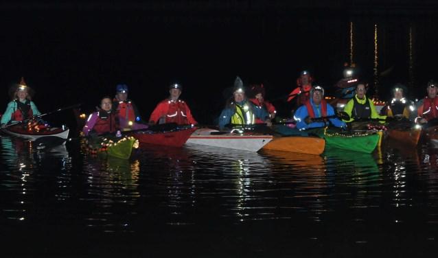 Twaalf kanovaarders van de Zoetermeerse kanovereniging de Sprinters begaven zich met hun verlichte boten door Rokkeveen. Foto: pr