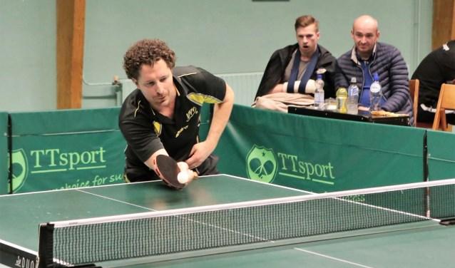 Werff Thomas in actie en op de achtergrond Patrick Bruijne, die door een gebroken hand voorlopig niet kan spelen (foto: Remco Bruijne).
