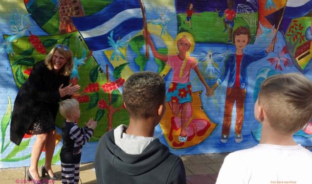 De muurschildering werd onthuld door wethouder Margreet van Driel. Foto: pr